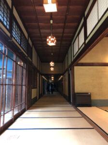 麻生太郎 飯塚市 廊下